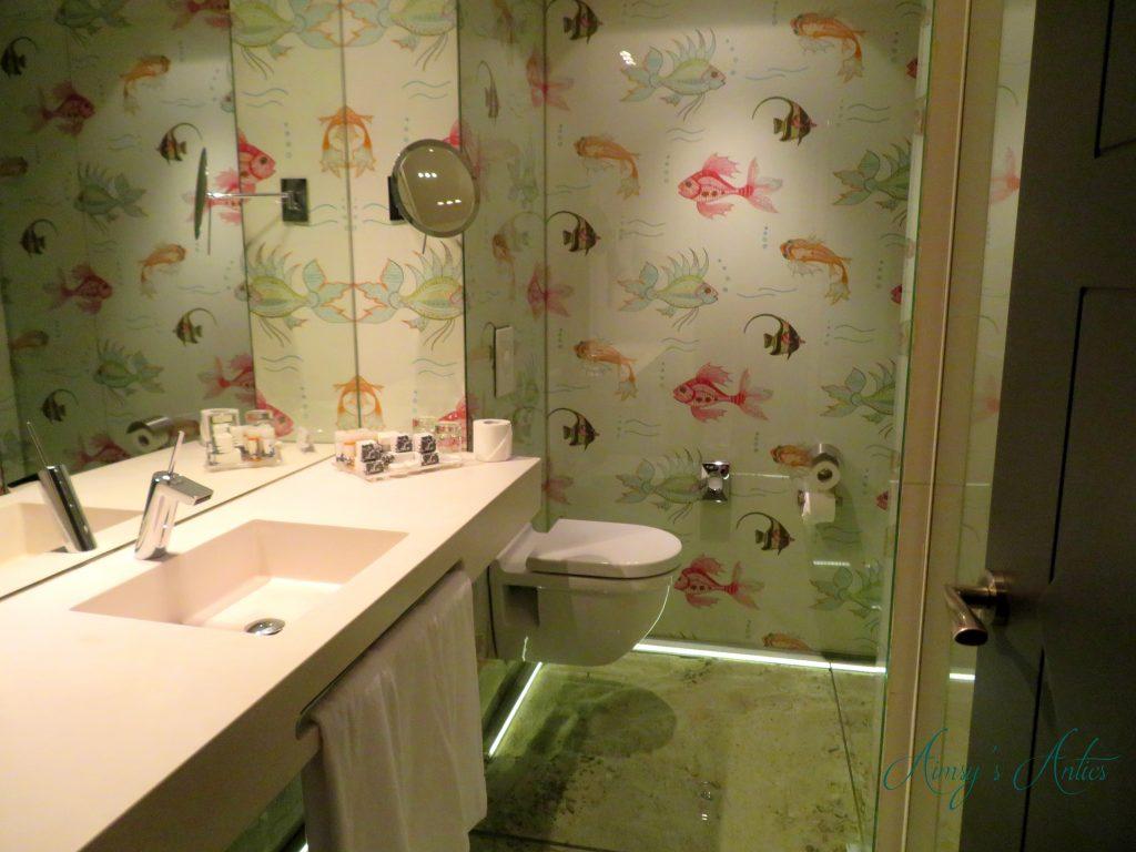Bathroom with fish print walls - Hotel Santo Domingo